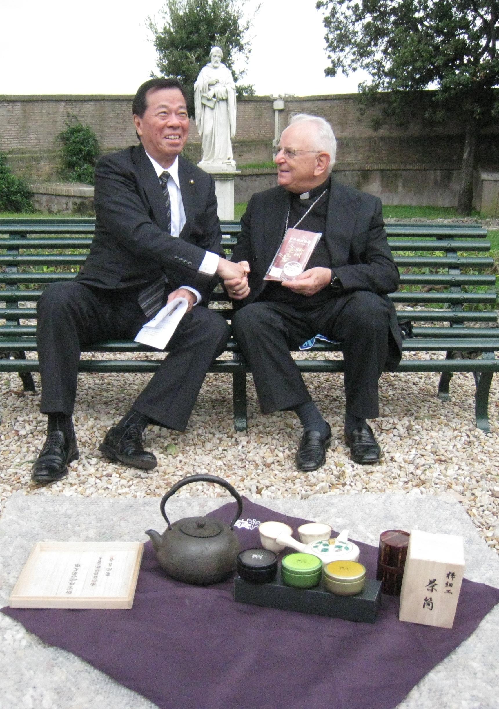 (写真提供:掛川市)バチカン市国の庭園で贈呈式が行われました